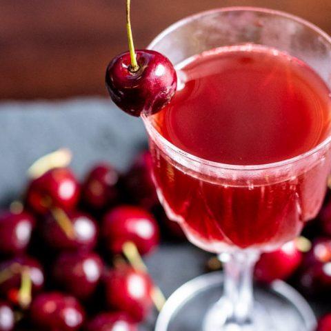 Třešňové víno je lahodným nápojem pravého léta